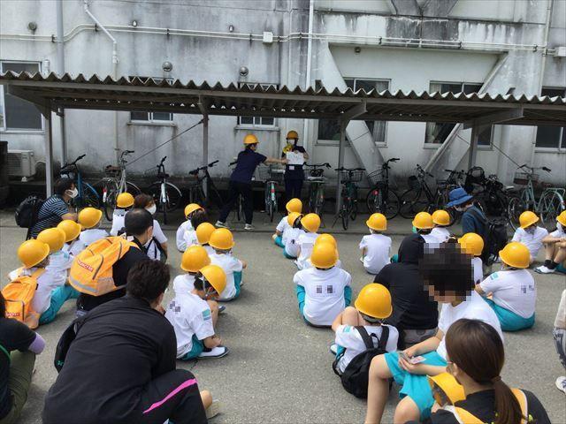 避難後、校長先生のお話を聞く児童たち